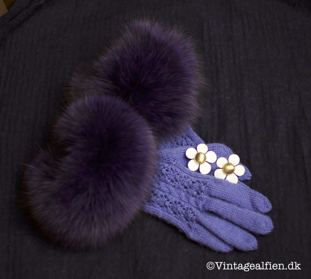 Strikkede fingerhandsker med lilla pelskant