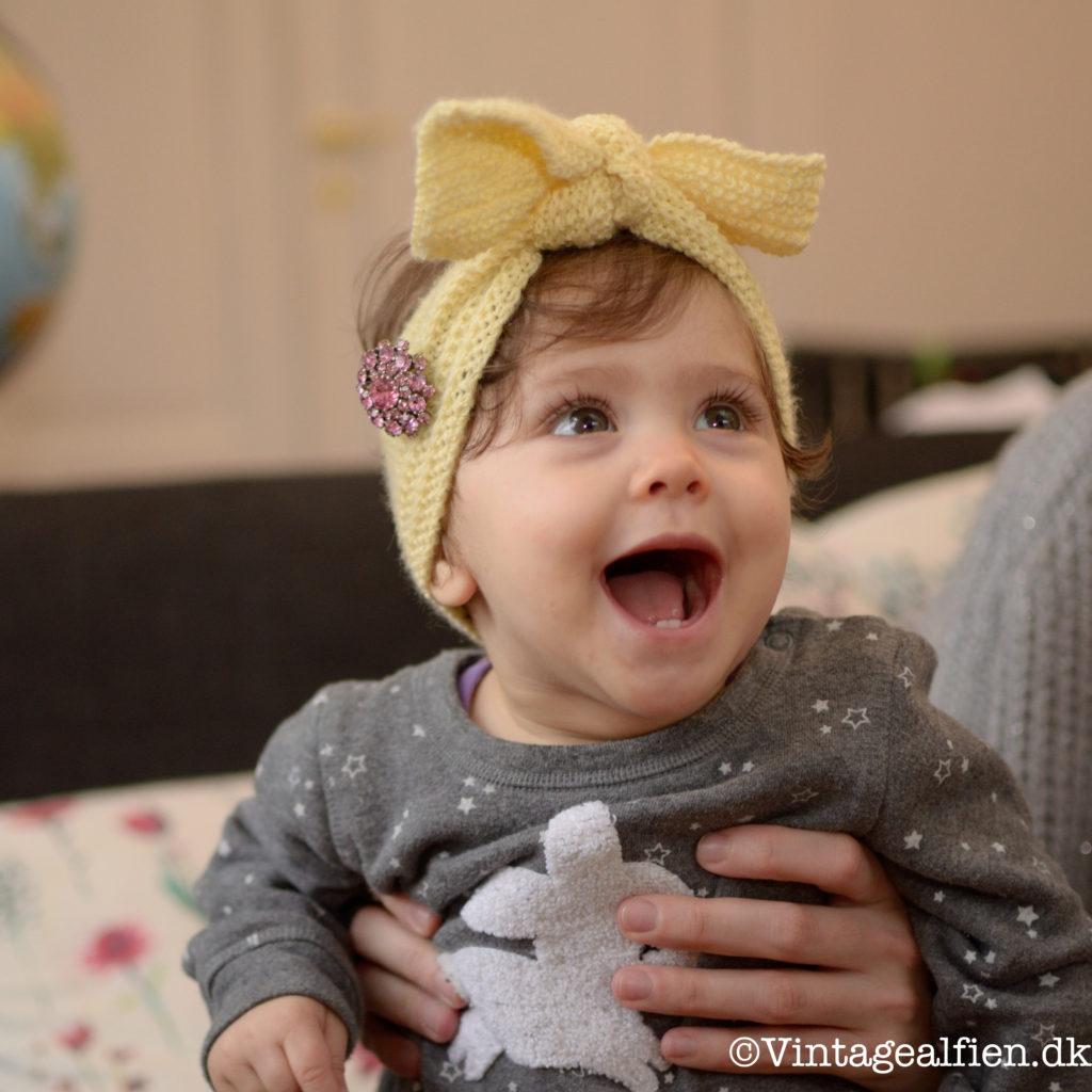 strikkeopskrift på en turban i vintagestil til børn.
