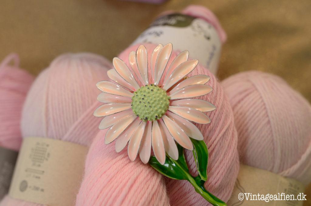 Lykken er at strikke med garn i lyserøde nuancer.
