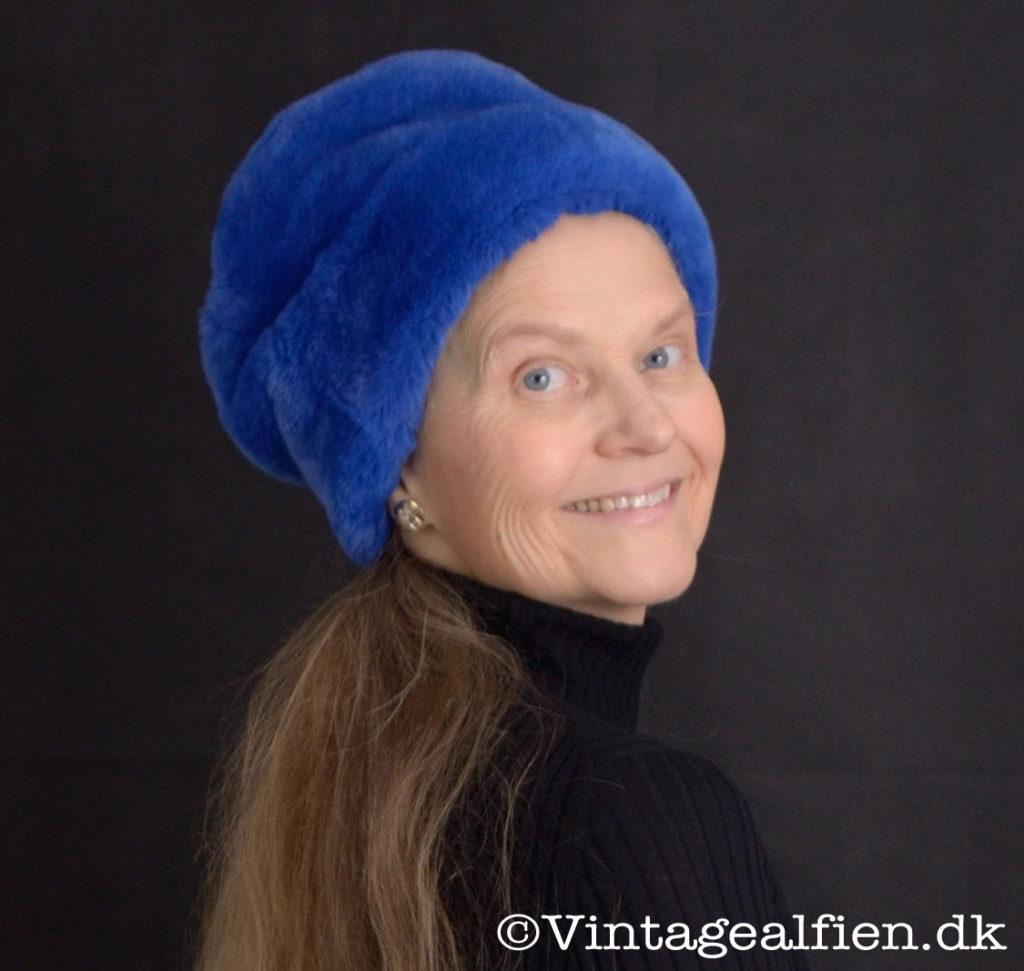 En kongeblå pelshat er perfekt til Advanced style