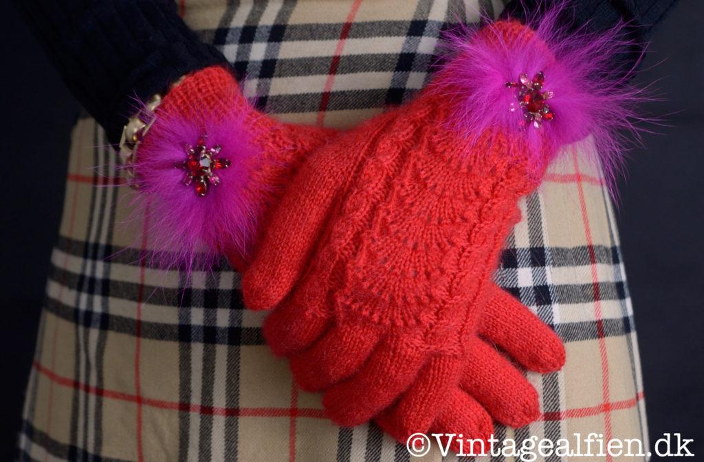 Kilt fra Burberry i Nova Check og strikkede fingerhandsker i matchende rød