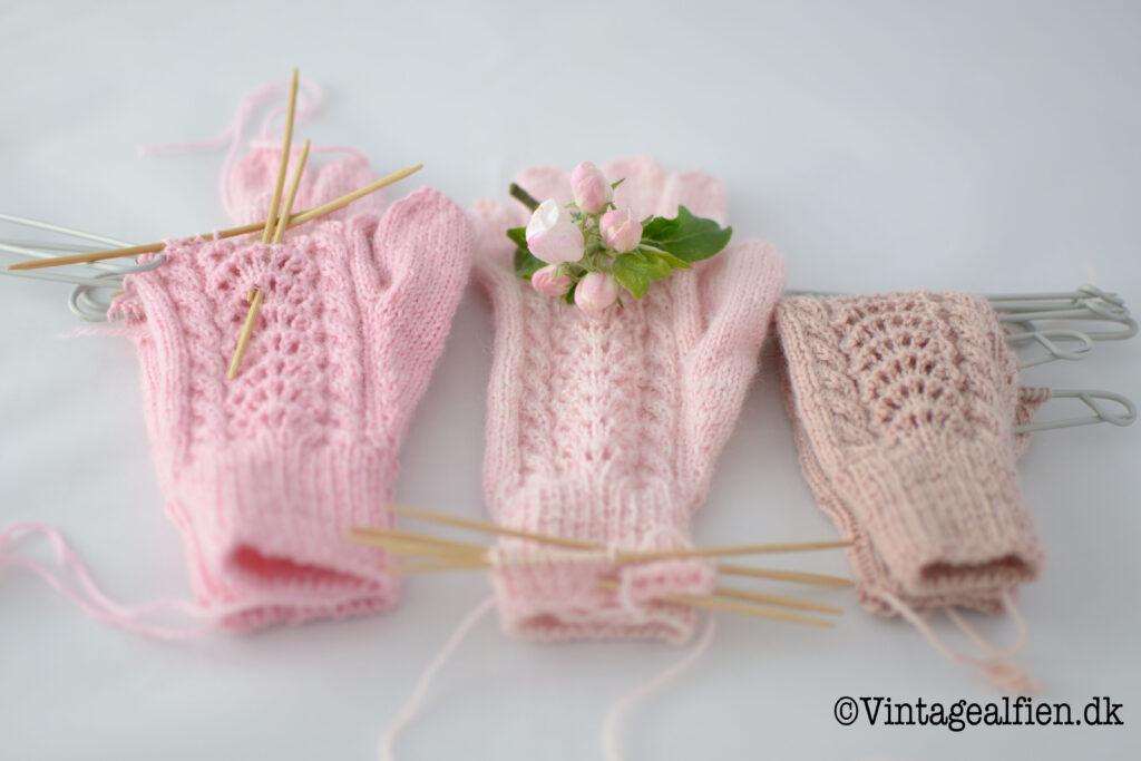 Tre af de fire ufærdige handsker til pigebørn som indgår i Alfiens strikkeudfordring