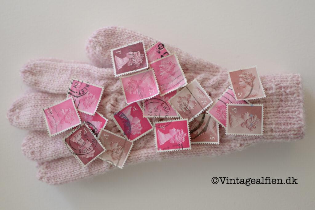 Lyserøde frimærker lagt op på en strikhandske