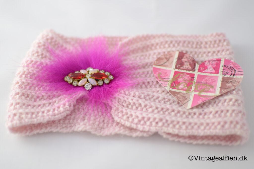 Pandebånd i vintagestil pyntet med pink pels og broche