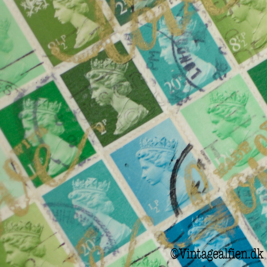 Decoupage med blå og grønne frimærker