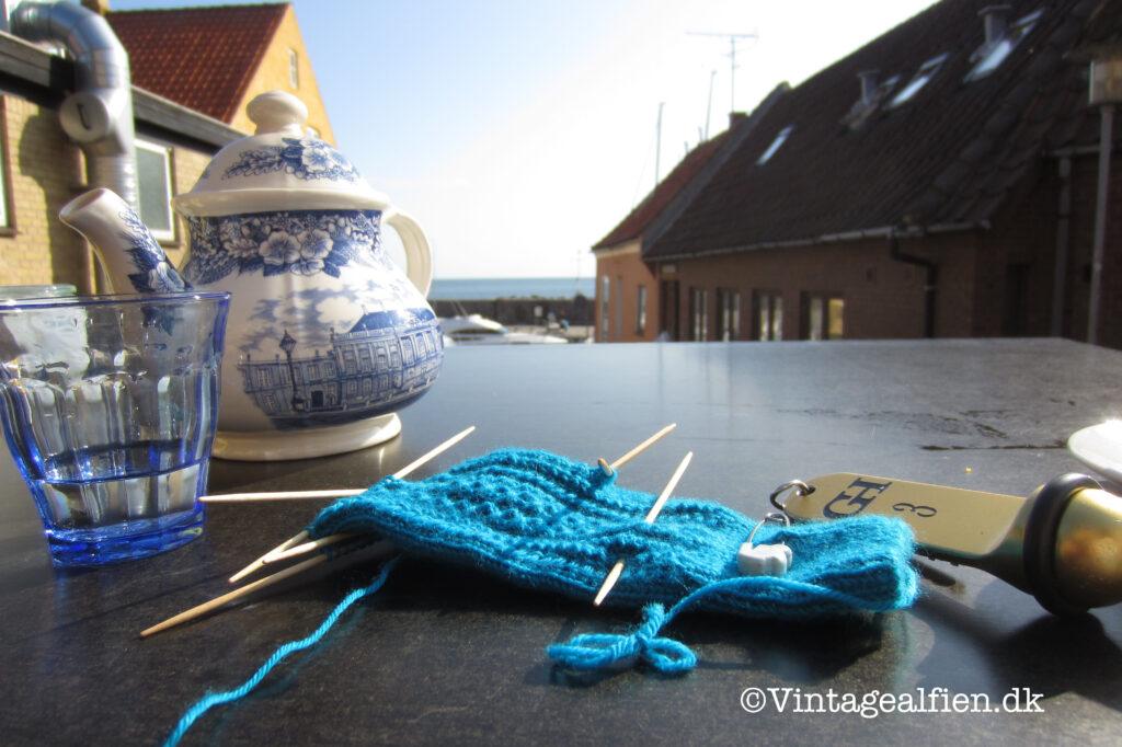 At strikke er selvfølgelig også en ting som forgår ved morgenbordet, her er det på Bornholm