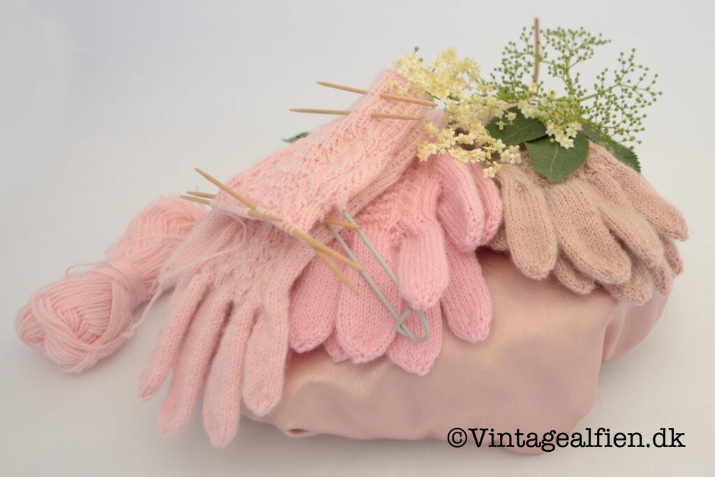 At strikke lyserøde handsker til pigebørn