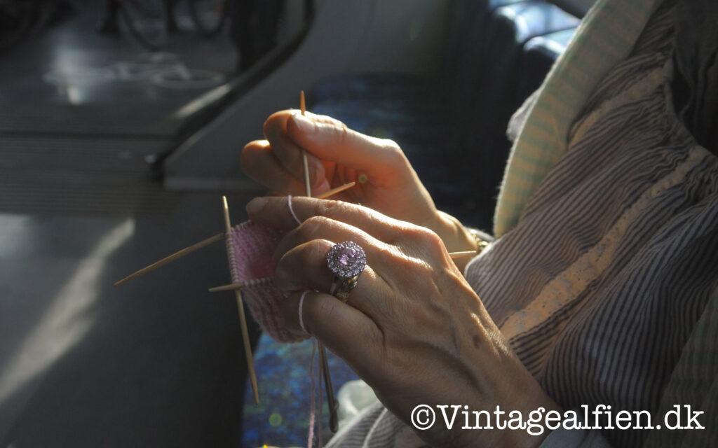 At strikke i toget er en god måde at bruge tiden på.