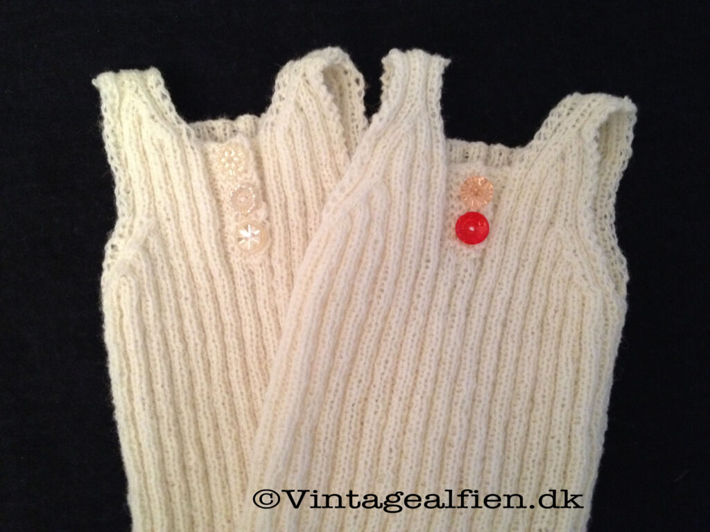 At strikke uldundertrøjer og derefter pynte dem med glasknapper er kreativt