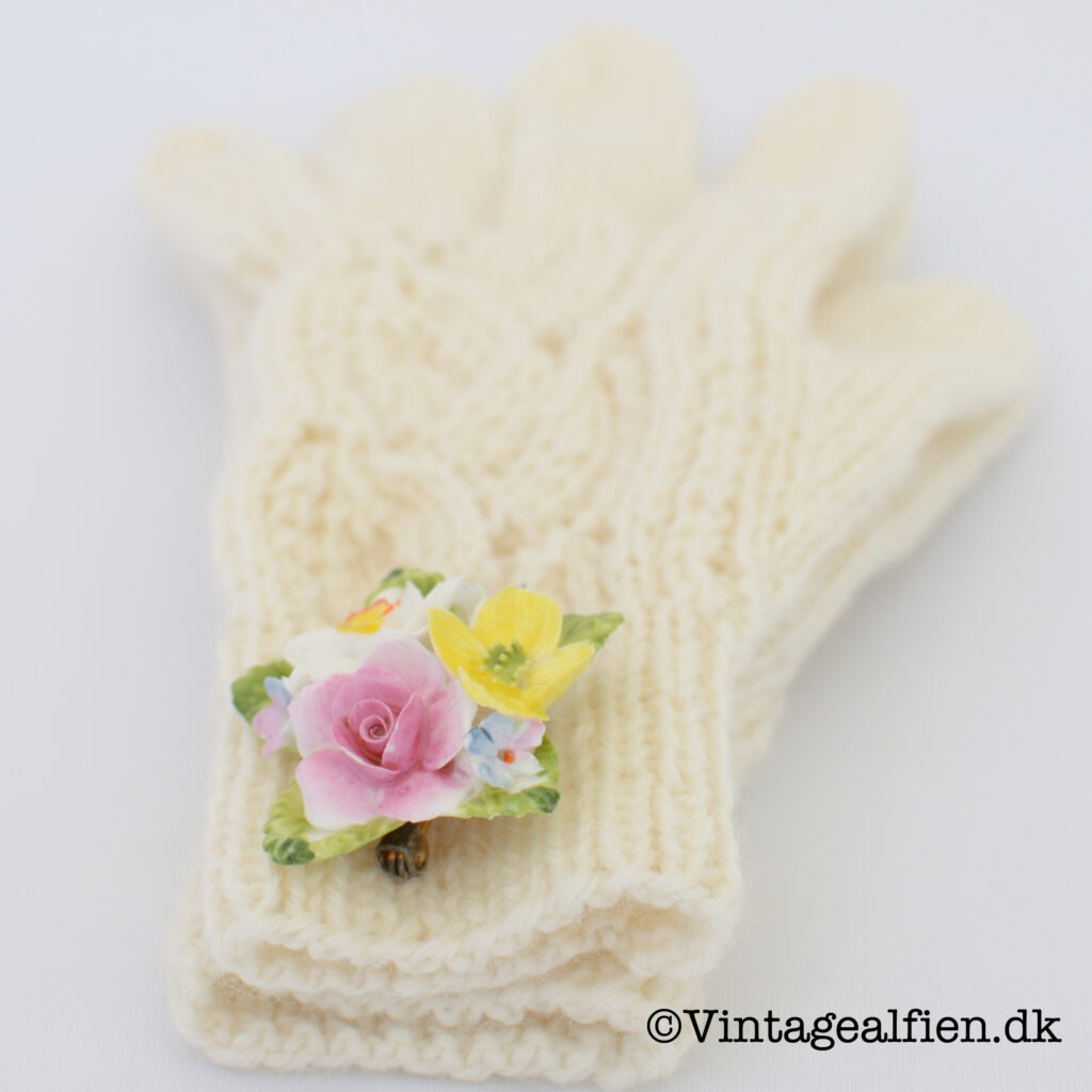 Handskestrik: Prinsesse T, pyntet med en fin engelsk vintagebroche af porcelæn