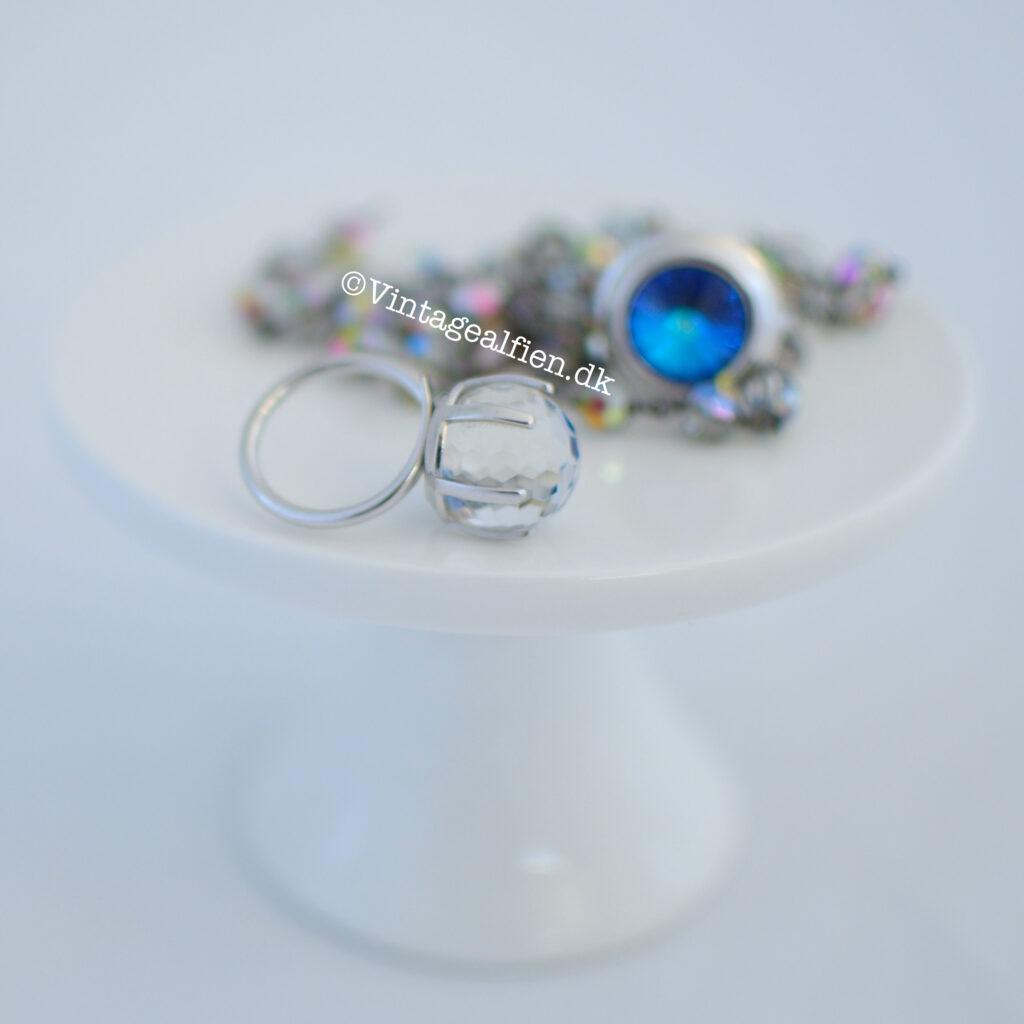 Her er ringen farveløs. For mig er den ring intet andet end mageløs