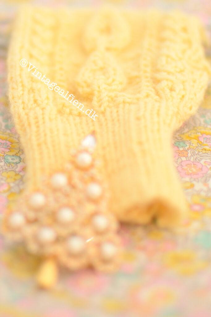Strikhandsker i babygul mønstret er Prinsesse J