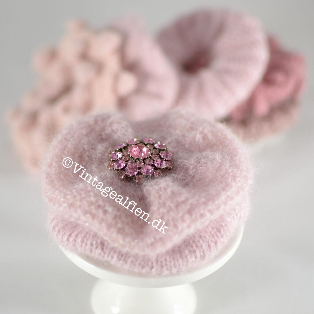 Scrunchies pyntet med pink broche