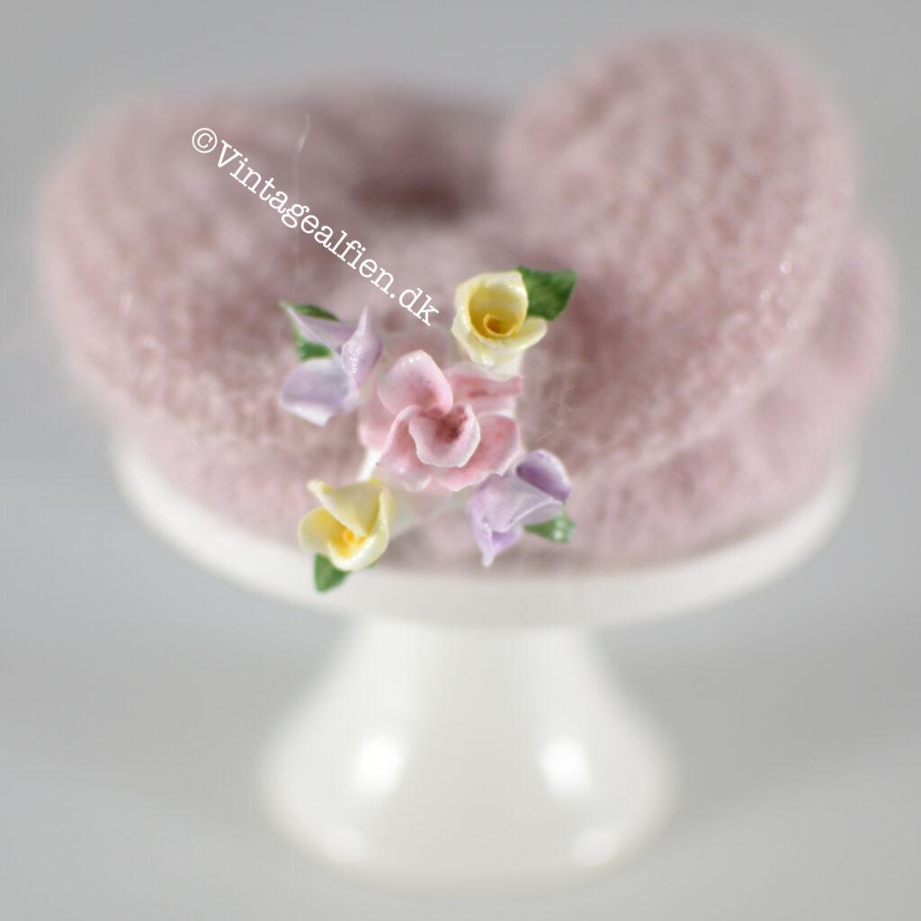 To scrunchies pyntet med en porcelænsbroche, den øverste er i retstrik