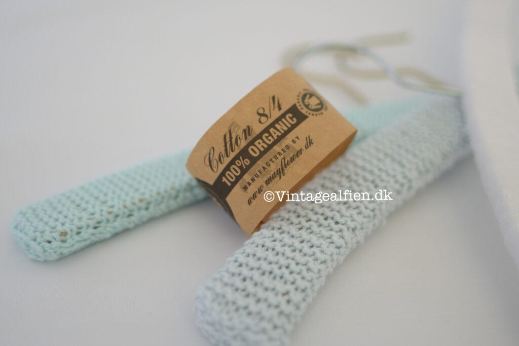 Vintagebøjler betrukket med strikket bøjlebetræk i blågrønne nuancer