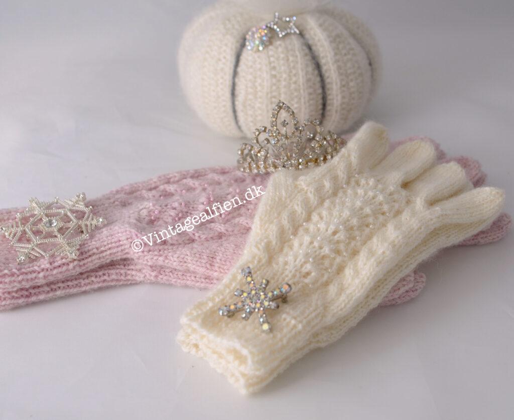 Lyserøde og hvide handsker hvor der er strikket lyserøde og hvide perler med i mønstret