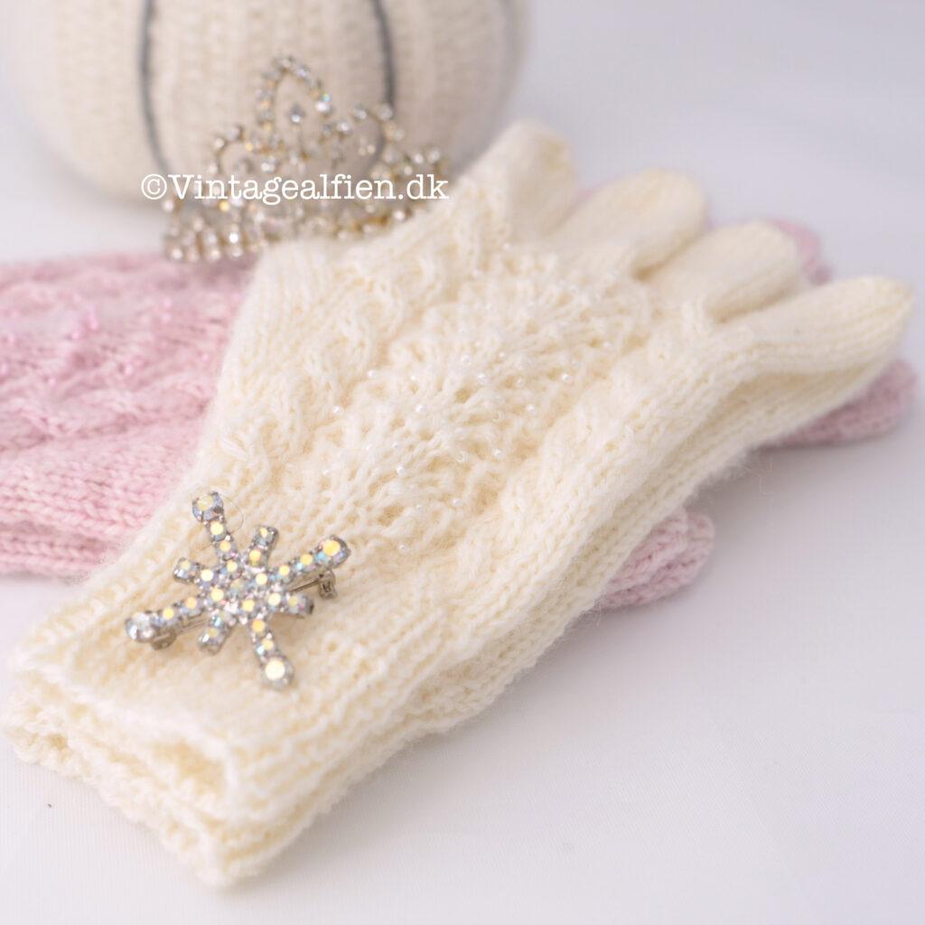 To sæt fingerhandsker hvor de rer strikket perler med i mønstret