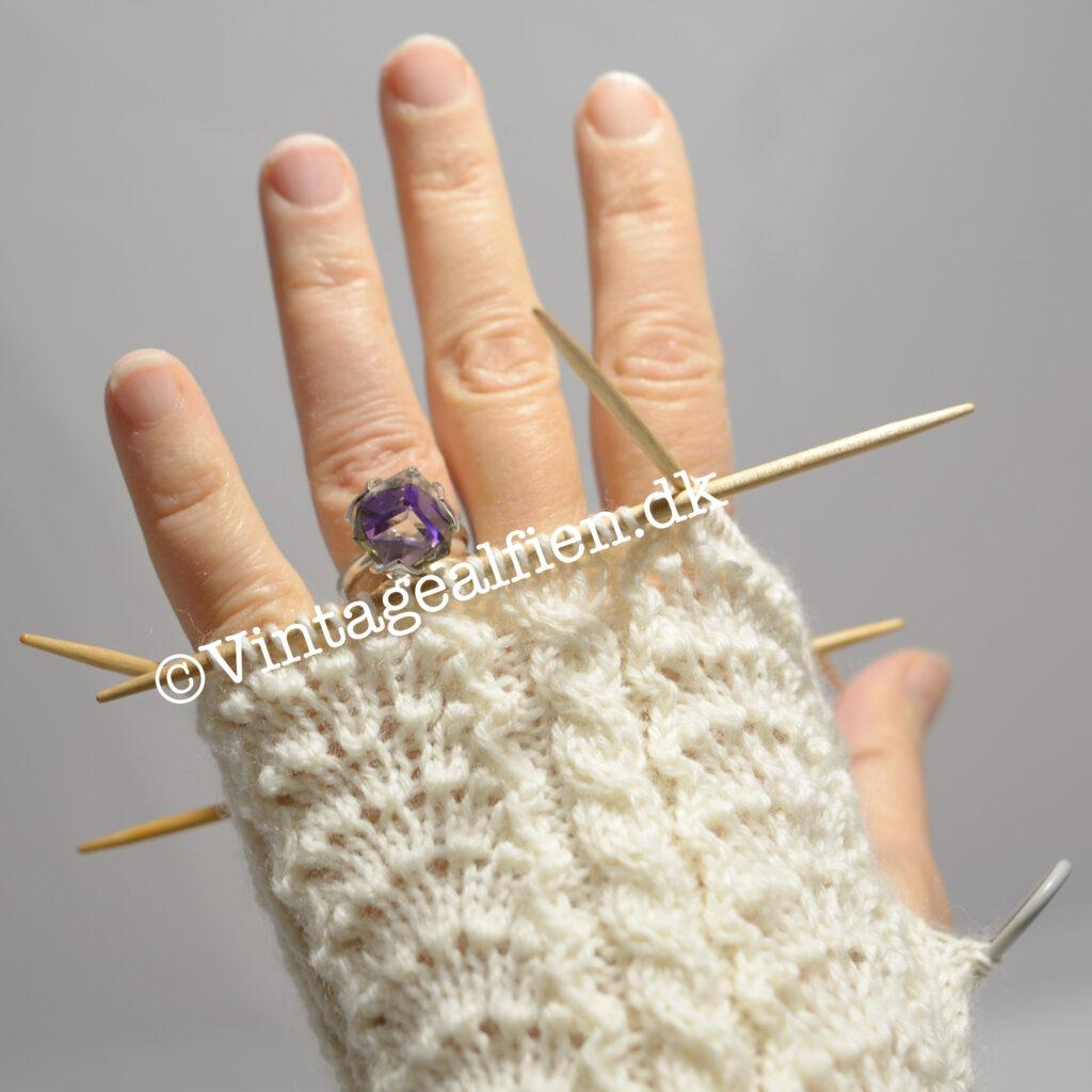 Ren mormorstrik er dette mønster til strikhandsker .Navnet er Isabelle