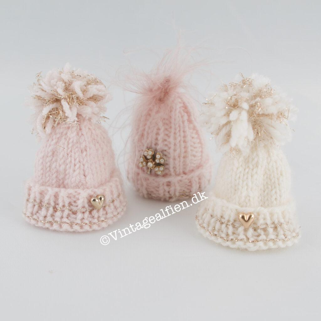 Miniaturestrik - strikkede huer med pynt og pompoms