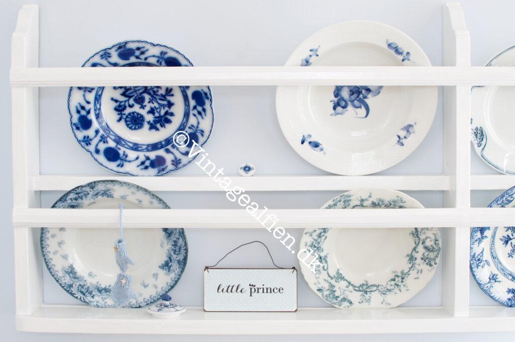 Miniaturestrik på en tallerkenrække med blå tallerkener