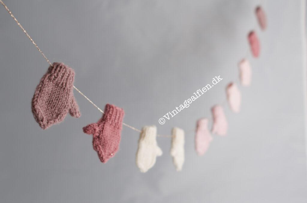 Små strikkede vanter på snor