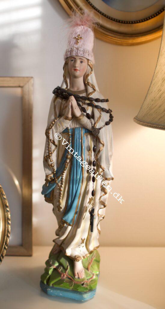 Miniaturestrik - kitch på en madonnafigur i fuldfigur