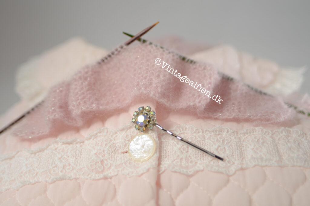 Scrunchies i ret kan du strikke på to pinde