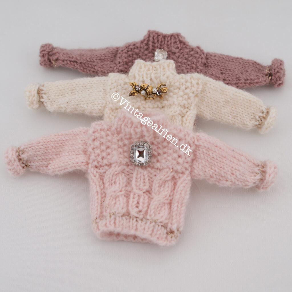 Miniaturestrik tre små sweaters pyntet med minibrocher