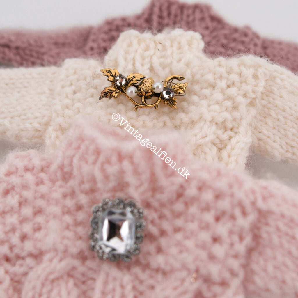 Miniaturestrik her er det tre små sweaters