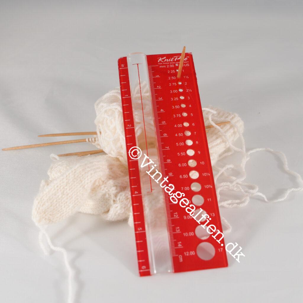 En pindemåler hører med til det et velassorteret strikkeudstyr
