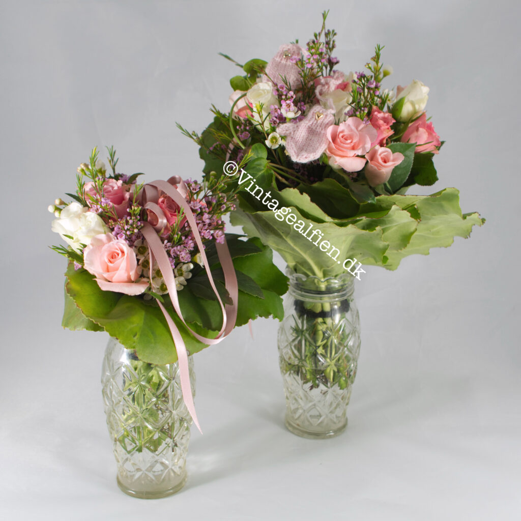 En mor og barn blomsterbuket i lyserøde nuancer