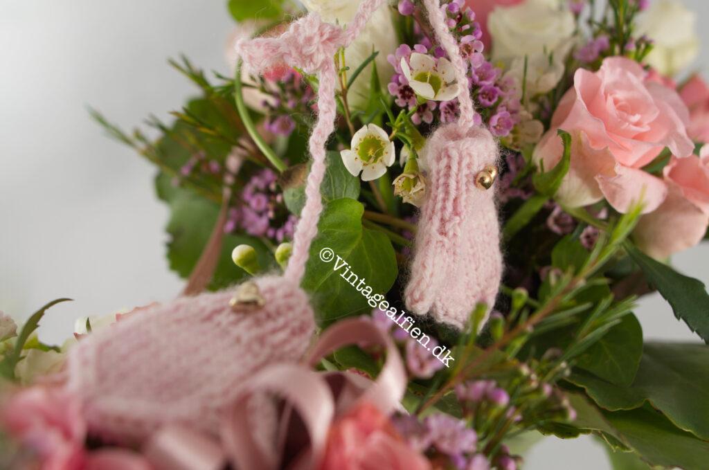 En mor og barn blomsterbuket fint pyntet med små lyserøde vanter