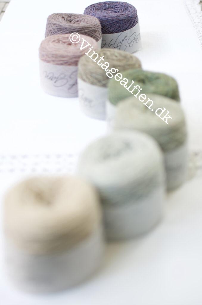 Garn cakes i melerede farver - brugt til de små strikkede huse