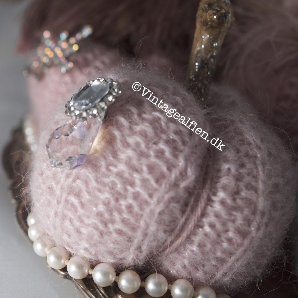 Close-up af et af de lyserøde  strikkede græskar