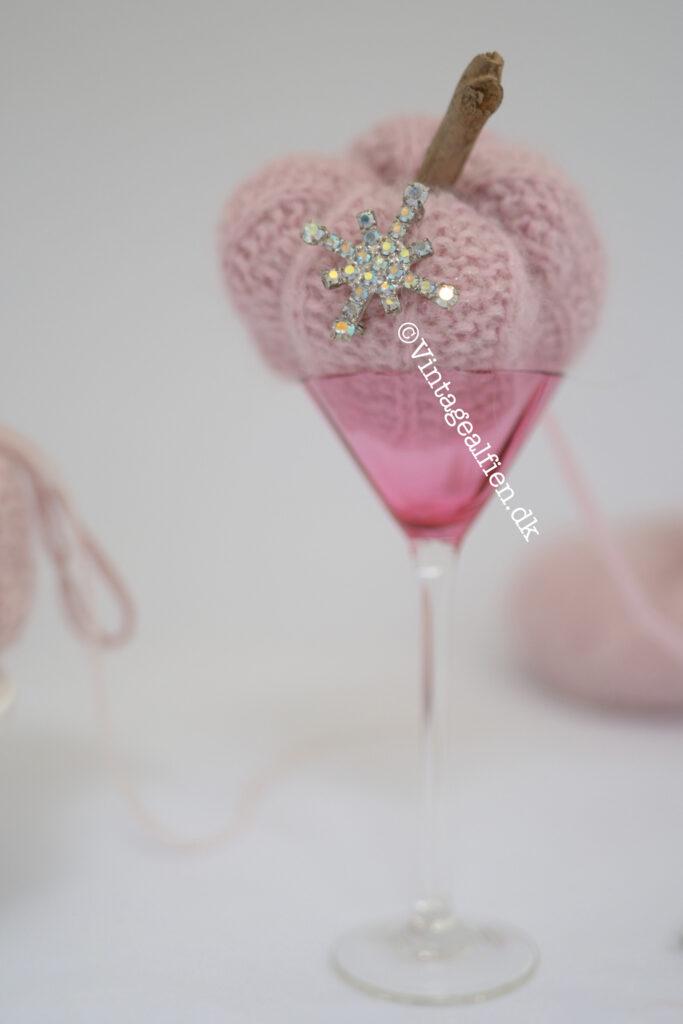 Et lyserødt græskar i størrelse small pyntet med et snefnug
